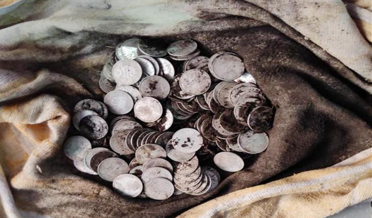 खुदाई करते हुए जमीन से निकला चांदी के सिक्कों से भरा कलश, लेकर भागा मजदूर