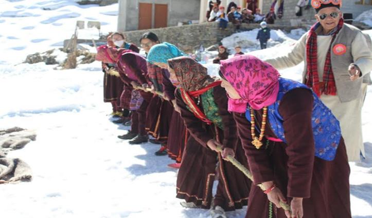 बर्फ के बीच मनमोहक नृत्य, देखें तस्वीरें