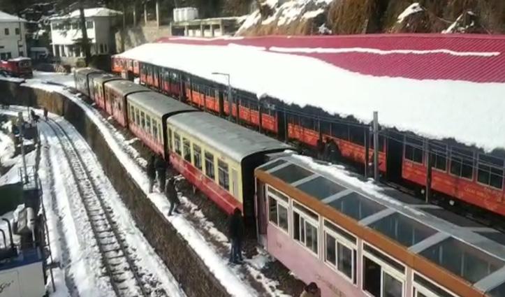 यादगार सफर के गवाह बने शिमला आए पर्यटक, बर्फबारी के बीच ट्रेन की सवारी