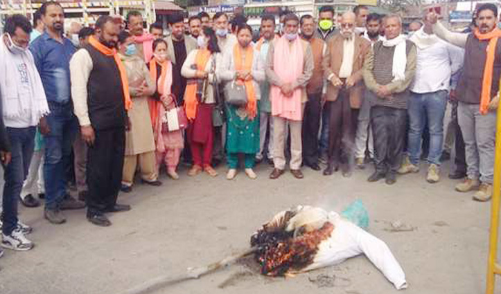 विधानसभा में हुए हंगामे के विरोध में Himachal में बीजेपी ने फूंके कांग्रेसियों के पुतले