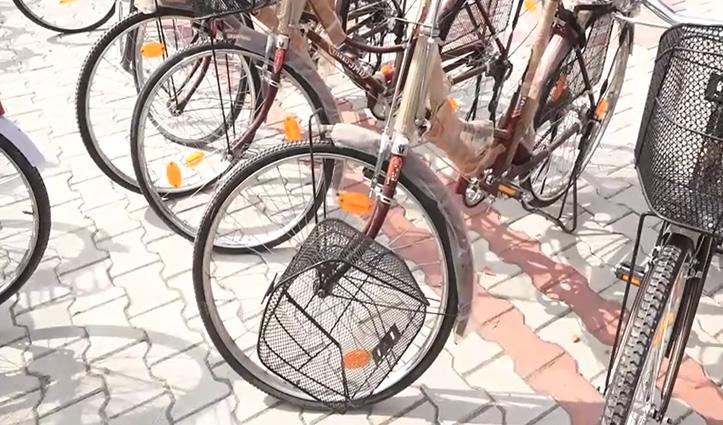 लो सुनोः ऊना में इन मंत्री जी ने कामगारों को बांट दीं टूटी-फूटी साइकिलें