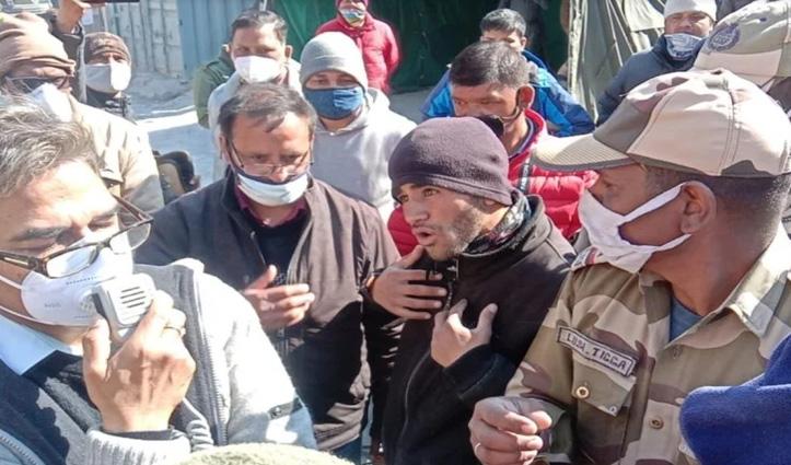 #Uttarakhand चमोली आपदा : लापता लोगों के परिजनों ने किया प्रदर्शन, एनटीपीसी के GM को घेरा