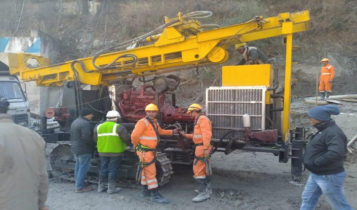Uttarakhand Glacier Burst : टनल में फंसे 34 लोगों के लिए रेस्क्यू ऑपरेशन जारी, ड्रिलिंग को लाई नई मशीन
