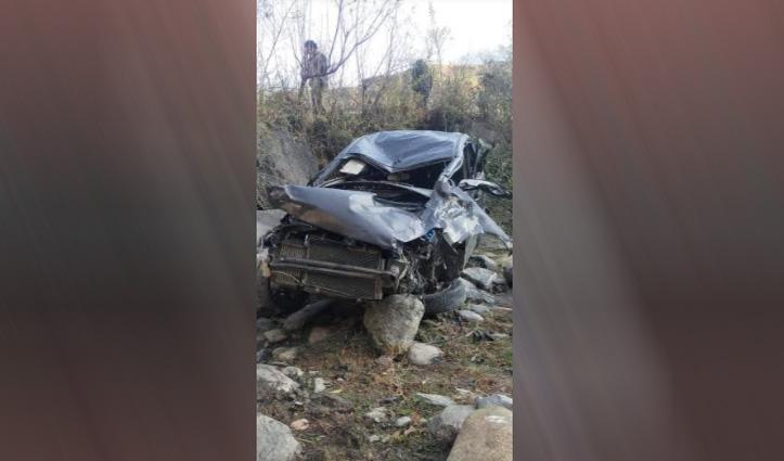 #Himachal: खड्ड में गिरी Car, सहायता ना मिलने पर BJP कार्यकर्ता ने तोड़ा दम