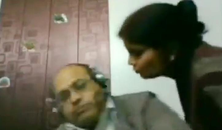 लाइव मीटिंग में पति को Kiss करने पर मचा बवाल, Video देखकर बाकी समझ जाएंगे आप