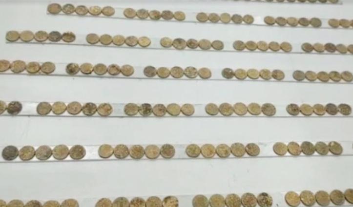 खुदाई करते हुए मजदूर को मिली 300 साल पुरानी सोने की अशर्फियां, बिना किसी को बताए घर में छिपाई