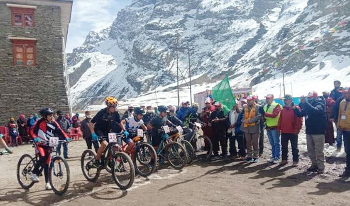 लाहुल स्पीति : स्नो-फेस्टिवल में साइकिल रेस, मंत्री रामलाल मार्कंडेय ने दिखाई हरी झंडी