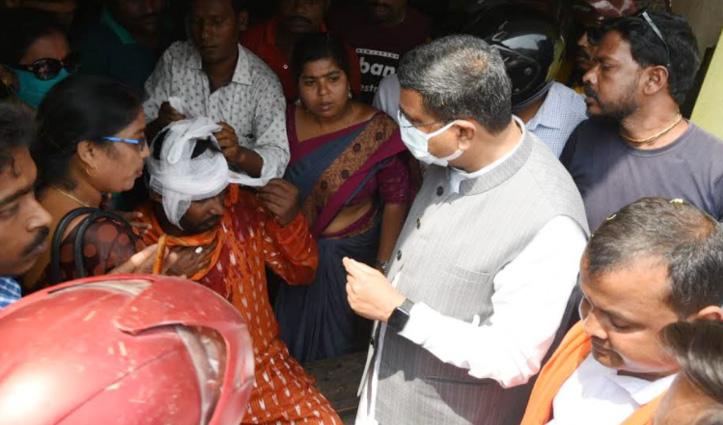 पश्चिमग बंगाल चुनाव : नंदीग्राम में खूनी झड़प, मंत्री धर्मेंद्र प्रधान के सामने कार्यकर्ता का फोड़ा सिर