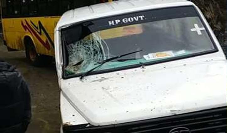 Himachal : कोरोना वैक्सीन ले जा रही स्वास्थ्य विभाग की गाड़ी पर गिरे पत्थर, तीन थे सवार
