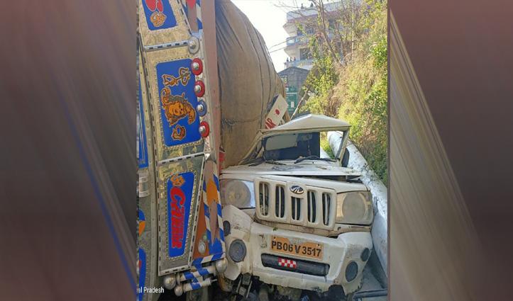सड़क पर पलटा ट्रक, जीप भीआई चपेट में