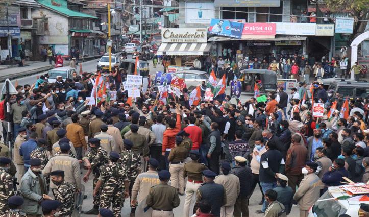 हिमाचल विधानसभा प्रकरण : कुल्लू में युवा कांग्रेस और पुलिस में झड़प, धक्का मुक्की भी हुई