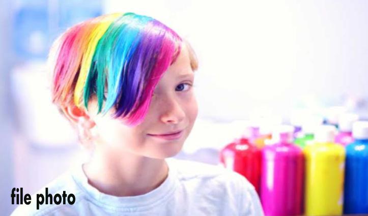 बालों में कलर करवाकर स्कूल पहुंचा छात्र, Teacher बोले – दूसरे बच्चों के साथ नहीं बैठ सकता