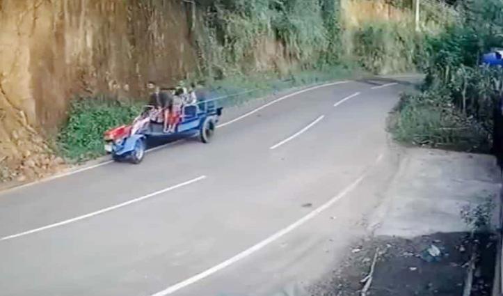बिना ड्राइवर चल रही थी गाड़ी, अचानक पलटी और घूमने लगी, Video देखकर आप भी चकरा जाएंगे