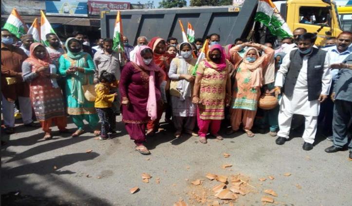 #Una: कुटलैहड़ कांग्रेस का प्रदर्शन, लठियाणी चौक पर फोड़े मटके-ये रहे मुद्दे