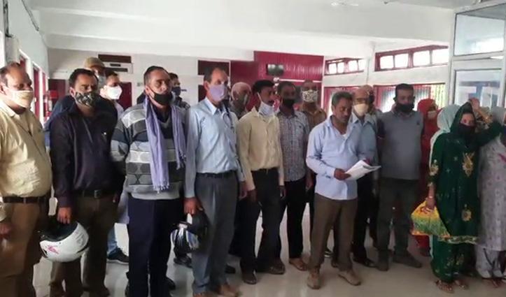 सरकारी जमीन पर अवैध कब्जे की शिकायत लेकर डीसी के पास पहुंचे धनेड़ के बाशिंदे