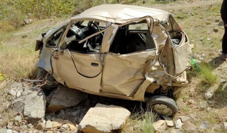 Himachal : कुल्लू में खाई में गिरी नैनो कार, पत्नी की मौत-पति और बेटी गंभीर घायल