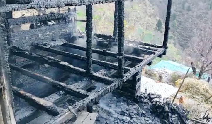 Kullu : 4 मंजिला लकड़ी के मकान में भड़की आग, 8 भेड़ें और 2 गाय जिंदा जली
