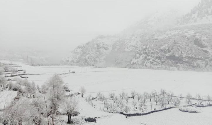 बदला मौसमः बर्फबारी के चलते अटल टनल सैलानियों के बंद, निचले इलाकों में बारिश