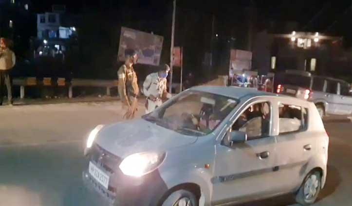 चंडीगढ़-मनाली एनएच पर सुंदरनगर पुलिस दे रही मास्क पहनने की हिदायत