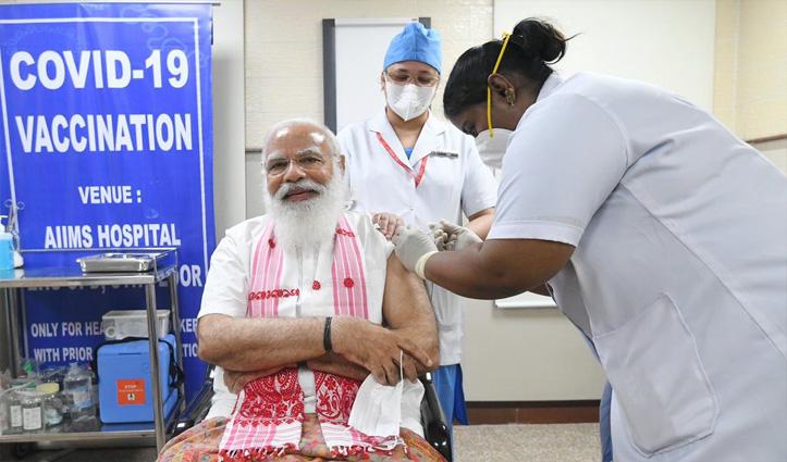 बंगाली वेशभूषा व असमिया गमछा पहने पीएम मोदी ने AIIMS में लगवाई कोरोना वैक्सीन