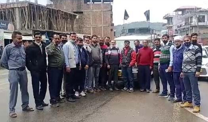 Himachal: सड़कों पर उतरे टैक्सी ऑपरेटर, उग्र आंदोलन को चेताया