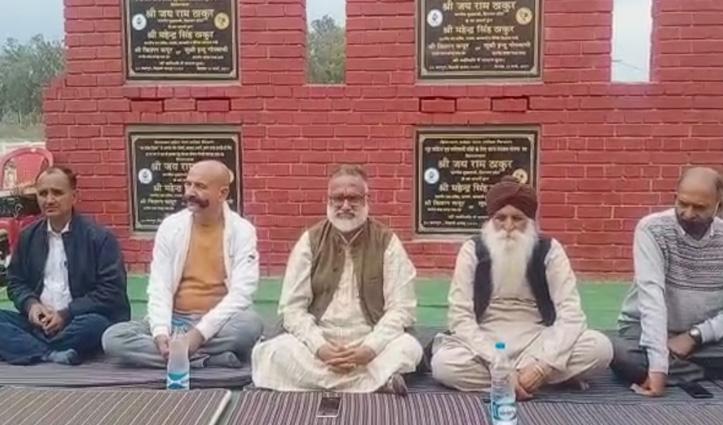 Himachal : डॉ. राजन सुशांत समर्थकों सहित धरने पर बैठे, जाने क्या हैं कारण