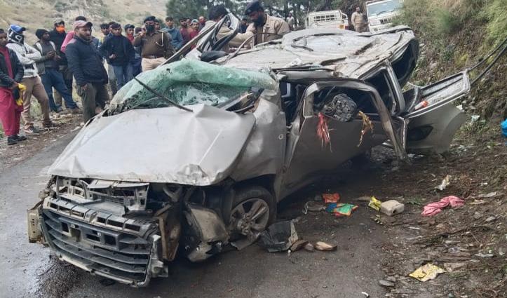 Himachal : चालक ने मोड़ पर खोया नियंत्रण, खाई में गिरी कार; 4 की गई जान