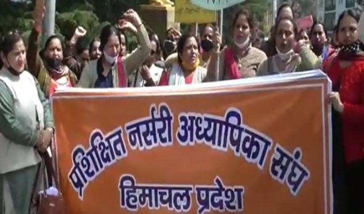 प्रशिक्षित नर्सरी अध्यापिकाओं ने नियुक्ति को लेकर विधानसभा के बाहर किया प्रदर्शन