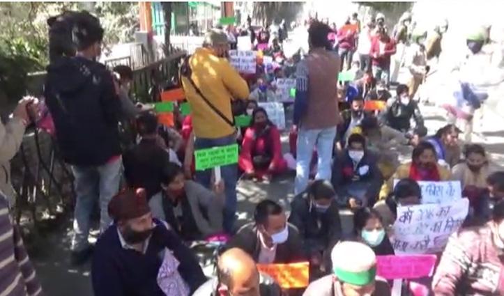 निजी स्कूलों की मनमानी के खिलाफ विस के बाहर गरजा छात्र अभिभावक मंच