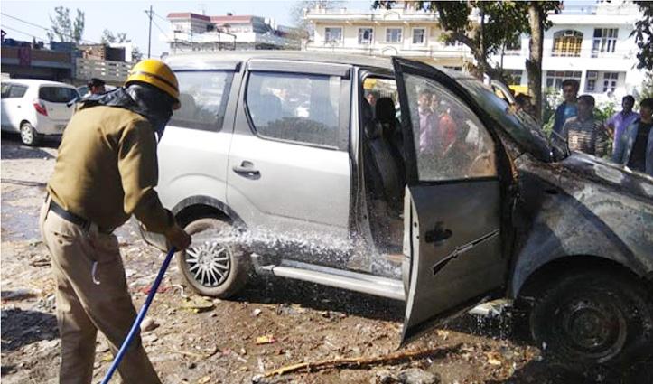 Himachal : पार्किंग में खड़ी कार में अचानक लग गई आग, लाखों का नुकसान