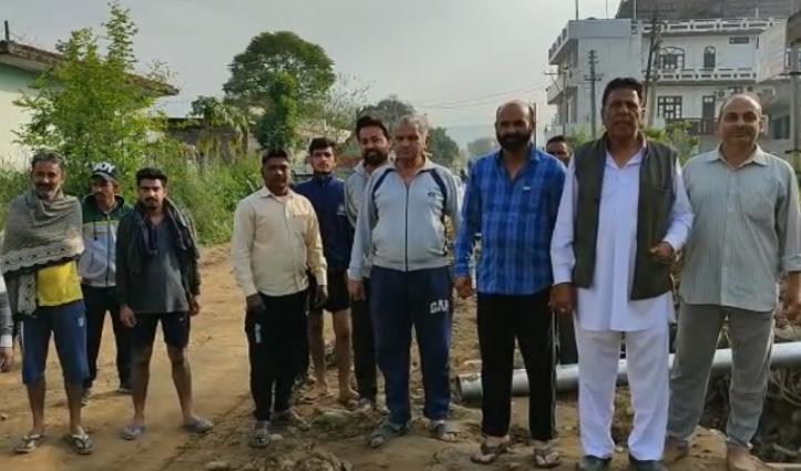 सड़क निर्माण ने सुखाए लोगों के गले, एक सप्ताह से नहीं टपका नलों से पानी- रोष बढ़ा