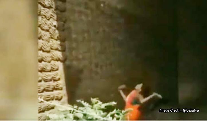 उपले बना कर कई फुट ऊंची दीवार पर फेंक रही महिला, लोग बोले - बास्केटबॉल टीम में हो जाओ भर्ती