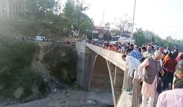Himachal: दुपट्टा और चप्पलें खोल महिला ने पुल से लगाई छलांग, मौके पर तोड़ा दम