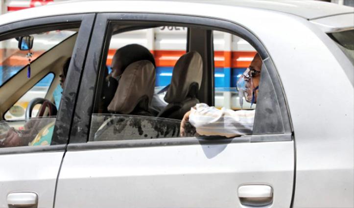 देख लीजिए हालात! कार में ऑक्सीजन सिलेंडर, कोरोना पॉजिटिव बुजुर्ग को नहीं मिला बेड