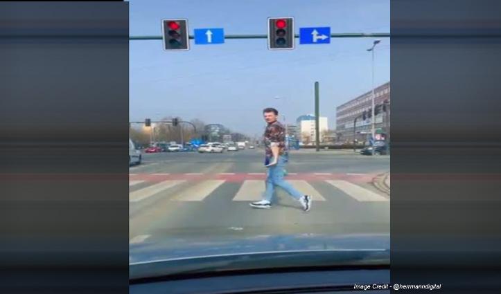रेड लाइट पर गाड़ी रोक कर युवक ने की जबरदस्त Moonwalk, देखिए वीडियो