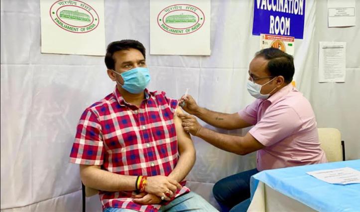 अनुराग ने ली Corona Vaccine की पहली डोज