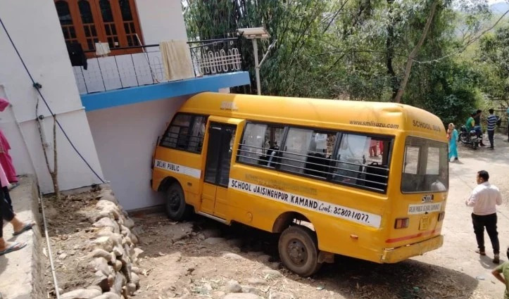 Himachal: स्कूल बस में जा रहे थे रली प्रवाहित करने, घर की दीवार से टकराई, 15 पहुंचे अस्पताल