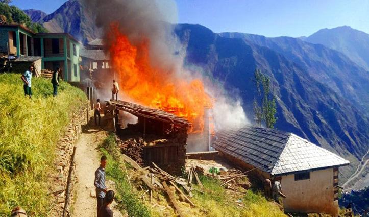 चाय बनाते सिलेंडर ने पकड़ी आग, देखते ही देखते जल गया पूरा मकान