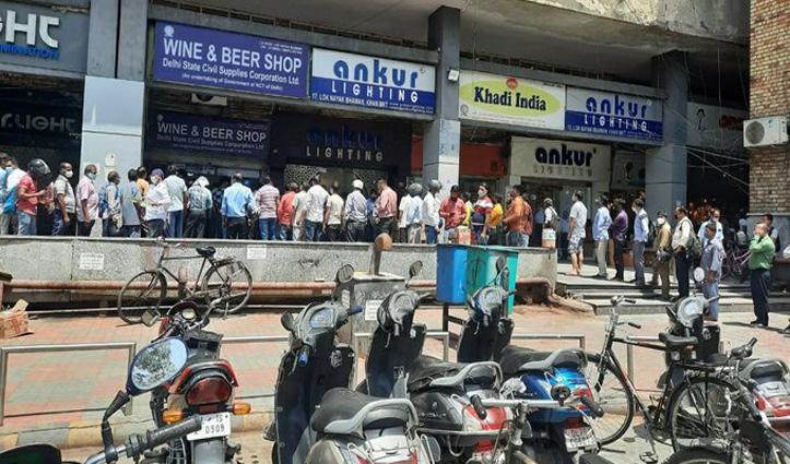दिल्ली में लॉकडाउन : ठेकों पर उमड़े लाल परी के शौकीन, महिला बोली- पेग से होगा असर