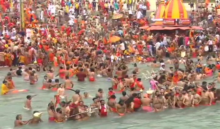 Haridwar Kumbh 2021- कुंभ के पहले शाही स्नान के लिए हरकी पैड़ी में उमड़े नागा,नेपाल के पूर्व नरेश भी पहुंचे