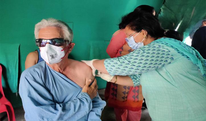 हिमाचल के इस शहर में Corona को हराने के लिए विदेशी चले  Vaccination करवाने