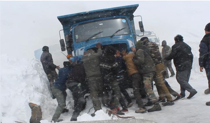 पुलिस व बीआऱओ ने बर्फबारी के बीच लेह भेजे 117 वाहन, देखें तस्वीरें