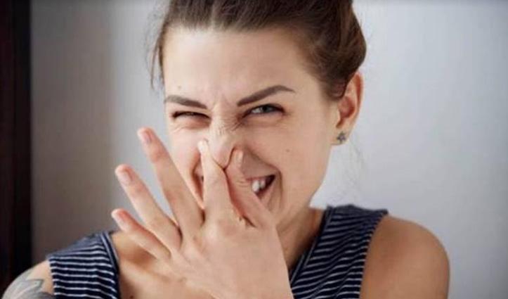गर्मियों में पसीने और मुंह की बदबू नहीं करेगी परेशान, जान लीजिए फिटकरी के ये उपयोग