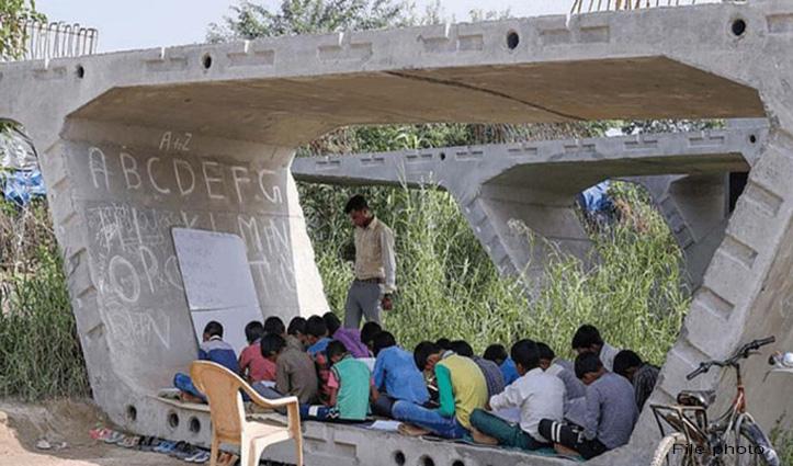 यहां फ्लाईओवर के नीचे लगती है गरीब बच्चों की पाठशाला, पढाने वाले भी हैं छात्र