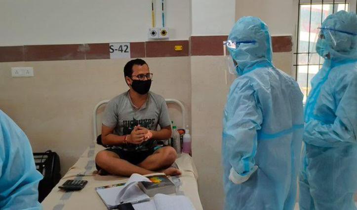 बेड पर CA की तैयारी कर रहा कोरोना मरीज, आईएएस ऑफिसर बोले – 'सफलता संयोग नहीं'