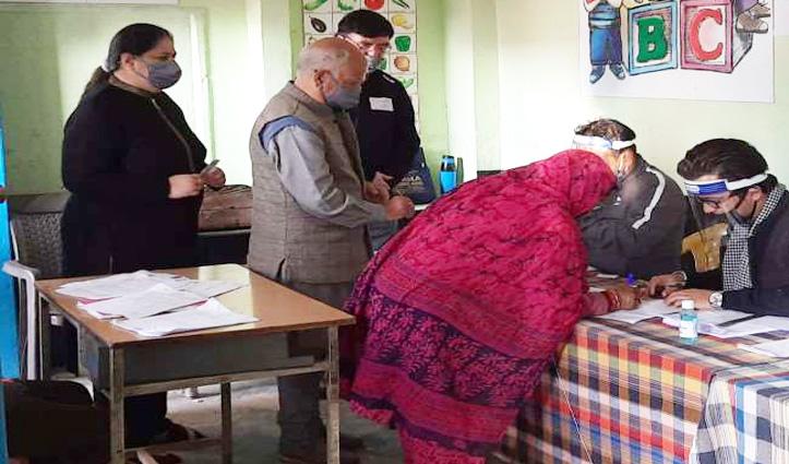 Himachal MC Election: शांता कुमार सहित इन नेताओं ने किया अपने मताधिकार का प्रयोग