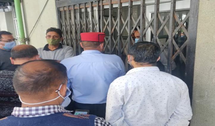 फीस वृद्धि मामलाः अभिभावक पहुंचे शिक्षा निदेशालय तो अधिकारियों ने बंद कर दिया गेट
