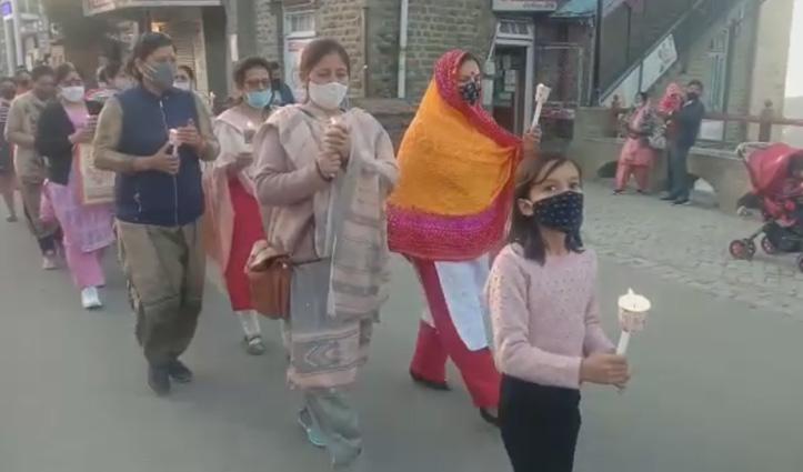 महिला कांग्रेस ने निकाला कैंडल मार्च