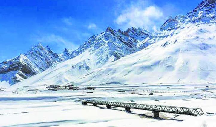 Himachal के पहाड़ों पर बर्फबारी, आंधी-तूफान ने मचाई तबाही, जाने कब तक सताएगा मौसम