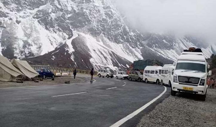 Himachal में बदला मौसम, अप्रैल में कहीं बारिश तो कहीं गिरे बर्फ के फाहे; अटल टनल बंद